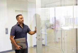 מתקן דלת זכוכית